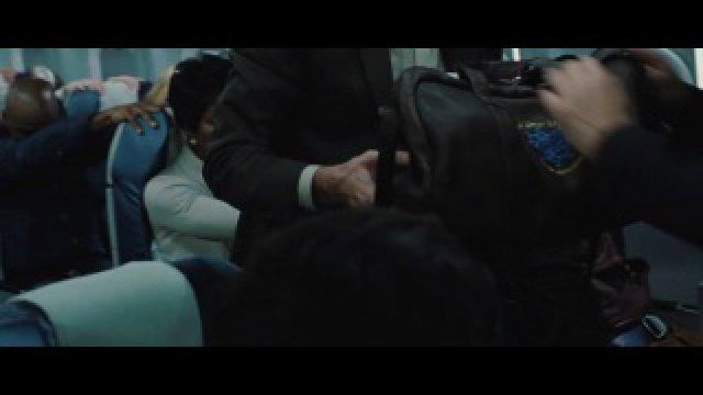 В его сумке ничего нет?